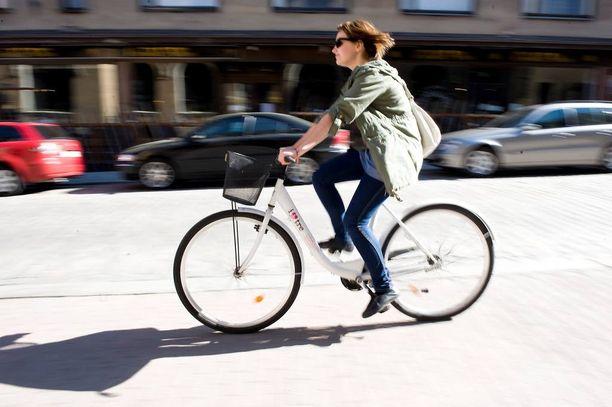 Poliisi alkaa Ylen mukaan antaa huomautuksia kännykän kanssa pyöräilystä. Kuvituskuva.