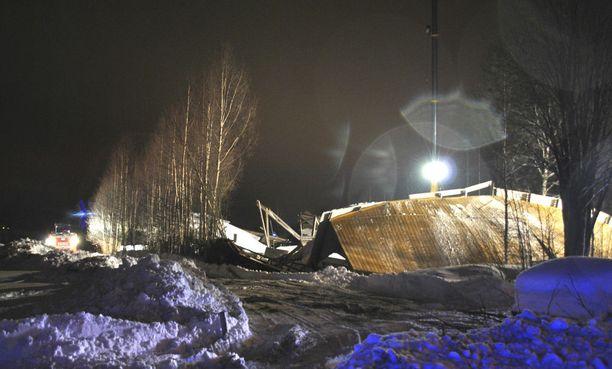 Ratsastusmaneesin katto romahti Laukaassa helmikuussa 2013.