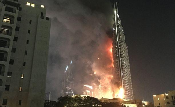 Dubaissa tulipalo raivoaa noin 300 metriä korkeassa loistohotellissa.