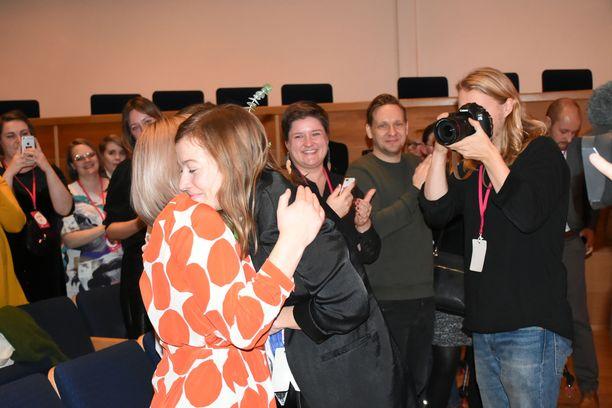 Sosiaali- ja terveysministeri Aino-Kaisa Pekonen halasi opetusministeri Li Anderssonia, kun tämä oli valittu Kuopion musiikkikeskuksessa yksimielisesti jatkokaudelle vasemmistoliiton puheenjohtajana.