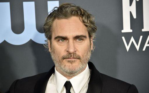 Joaquin Phoenix juhlii aina samassa puvussa – toivoo muiden tekevän samoin