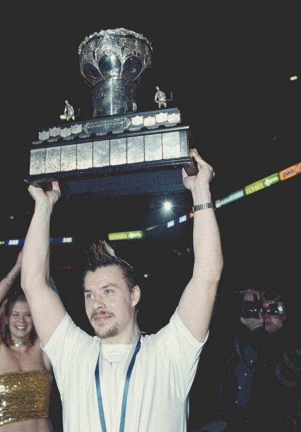 Sahlstedt voitti peliurallaan viisi Suomen mestaruutta, joista kolmannen keväällä 2001 TPS:n kapteenina.