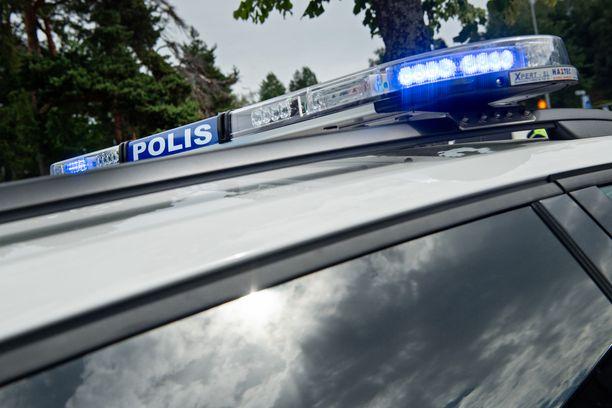 Poliisi selvittää Porvoossa Pääskytien koulussa tapahtunutta pahoinpitelyä. Kuvituskuva.