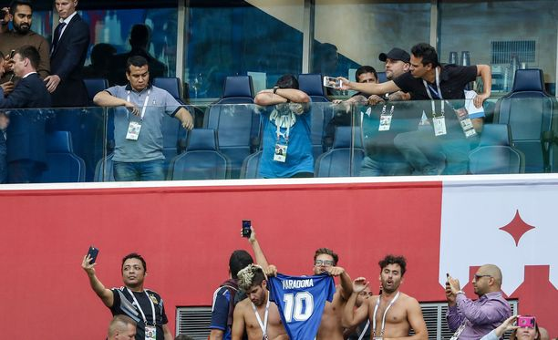 Maradonan (keskellä) läsnäolo ei jäänyt huomaamatta Argentiinan ja Nigerian kohtaamisessa.