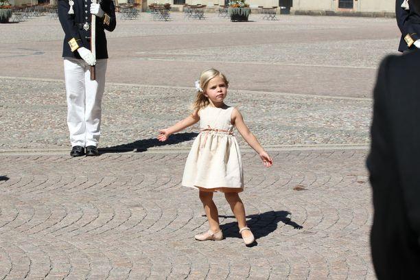 Äitinsä luota karattuaan prinsessa Leonore aloitti villin tanssin...