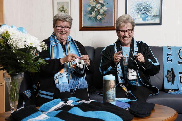 – Kyllähän me tietysti toivomme, että pojat sukkia käyttäessään edes vähän rakastaisivat ja muistaisivat meitäkin. Ja kyllä he muistavatkin, sanovat Marja Rinne (vas.) ja Mirja Sirén.