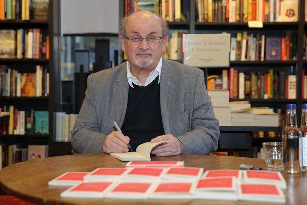 Salman Rushdien henkeäkin on uhattu Saatanalliset säkeet -kirjan sisällön vuoksi. Hän piileskeli pitkään julkisuudelta oman turvallisuutensa vuoksi.