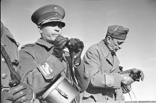 Päämajoitusmestari Aksel Airo ja marsalkka Mannerheim. Airo suhtautui esimieheensä suojelevasti.