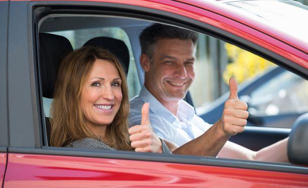 Heilauta kättä iloisesti tai näytä vaikka peukkua, kun joku toinen kuljettaja toimii liikenteessä mukavasti sinua kohtaan.