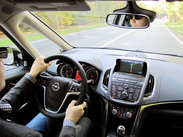 Kojelauta muistuttaa muita uusia Opeleita. Omin sormin koettu laatutaso on kunnossa.