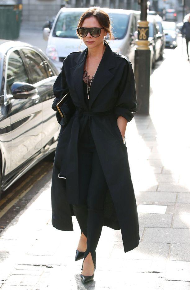 Victoria Beckham nähdään harvemmin shokkiväreissä - musta on hänen luottovärinsä.