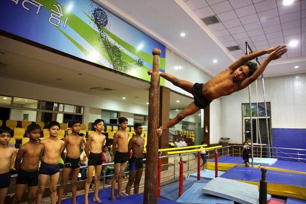 Intiassa lapset valmistautuivat kansainväliseen joogapäivään.