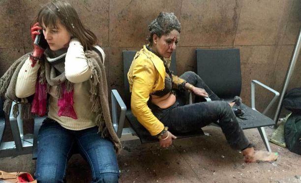 Kaksi loukkaantunutta naista odotti apua Brysselin lentokentällä.
