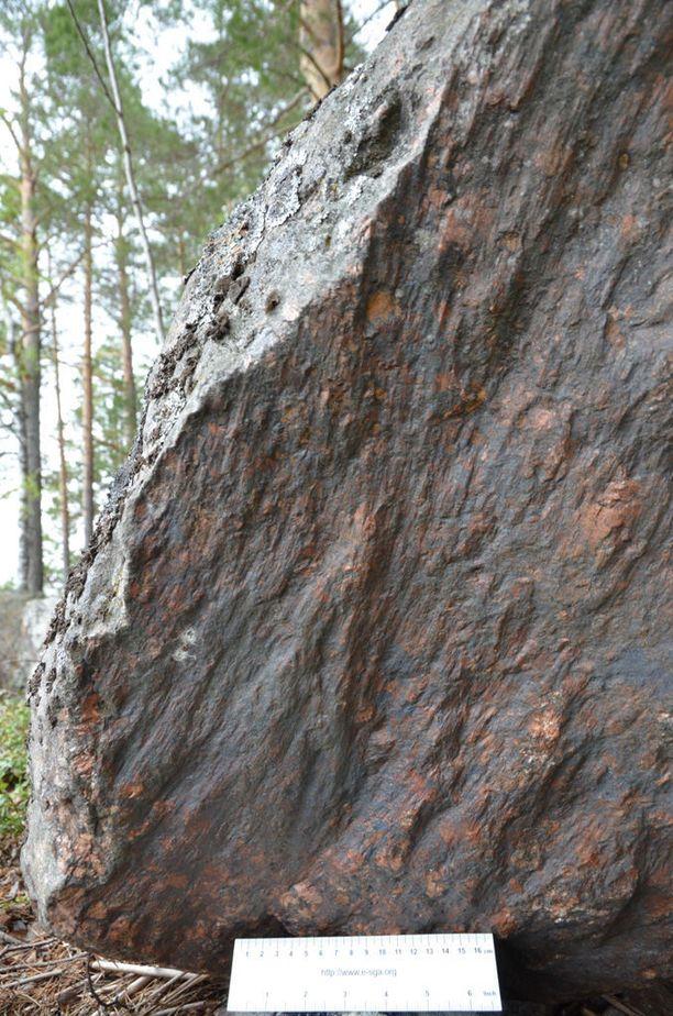 Lamposaari. Meteoriitin törmäyksessä syntyneiden iskukivien eli pirstekartioiden rakenne näkyy kiven pinnassa.