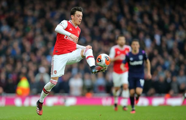Bildin mukaan Mesut Özil ei enää jatkossa pue Adidaksen kenkiä jalkaansa.