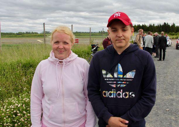Anne Levonen on opettaja. 15-vuotias Eetu Levonen harrastaa kaksosveljensä kanssa jalkapalloa. Kulkemista riittää.