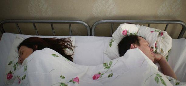Vierekkäin nukkuminen, suuteleminen ja intiimi kahdenkeskinen keskustelu pitävät yleensä myös seksi-elämän elävänä.