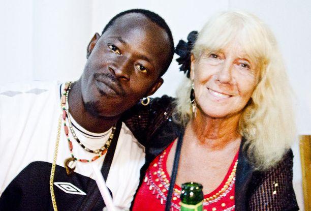 VAKIOVIERAS Chilley on käynyt Gambiassa 40 kertaa 12 vuodessa. Aviolitto gambialaisen kanssa päättyi pian sen jälkeen, kun mies oli muuttanut Englantiin. Keviniä hän on käynyt tapaamassa jo kolmen vuoden ajan. Kevin kysyi minulta, kun Chilley ei ollut kuulemassa, voisimmeko tavata tiistai-iltana.