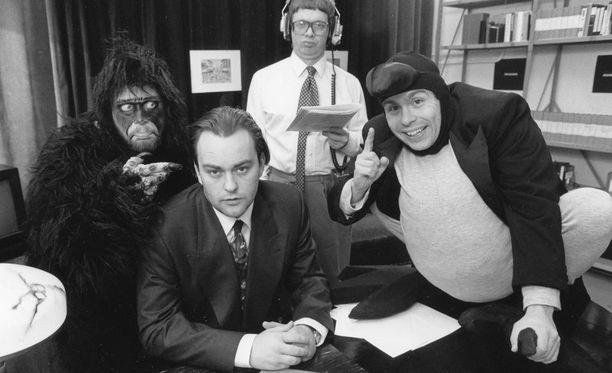 Kyllä lähtee! -ilmaus oli Kummeleista tuttu jo vuonna 1993. Burman simpanssina Heikki Hela, Mauno Ahosena Heikki Silvennoinen, Olli Keskinen edessä ja Timo Kahilainen variksena.