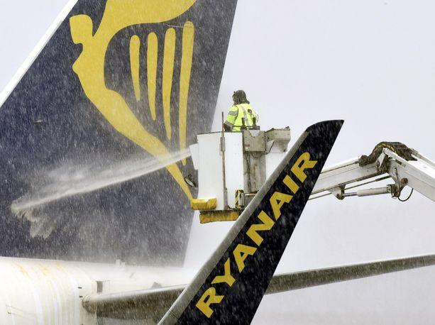 Ryanairin kone lähdössä Tampereelta Pirkkalan kentältä Budabestiin keväällä 2016.