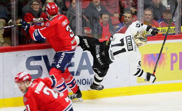 Joe Finley tarjoilee kovuutta HIFK:n takalinjoilla. Kuvassa uhriksi on jäänyt TPS:n Tomi Kallio.