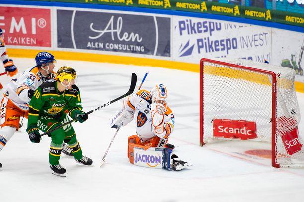 Eemeli Suomen maailmanluokan rystylaukaus toi Ilvekselle voiton 1–0 Tapparasta. Kirvesvahti Christian Heljanko ja puolustaja Veli-Matti Vittasmäki seurasivat katseella Suomen suoritusta.