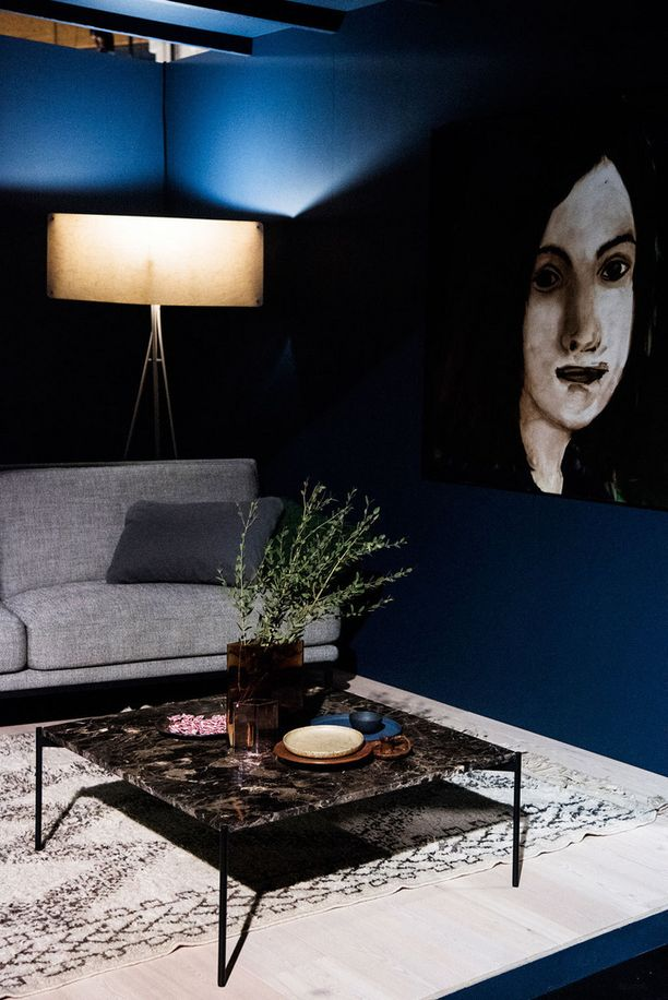 Kivipintaisia sohvapöytiä näkyi useammassa sisustetussa olohuoneessa.