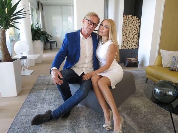 """Pitkän avioliiton ja avioeron jälkeen kymmenisen vuotta poikamieselämää viettänyt liikemies Toivo """"Topi"""" Sukari, 64, on mennyt kihloihin.  Morsian on häntä 17 vuotta nuorempi, kazakstanilaissyntyinen SM-tason fitnessurheilija Nadja Eerola, 47."""