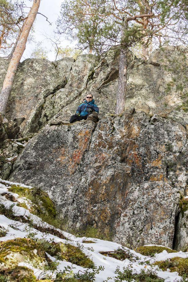 Kalliomaalauksesta oli erotettavissa pystysuoria viivoja, läiskiä ja tikku-ukkomainen hahmo.