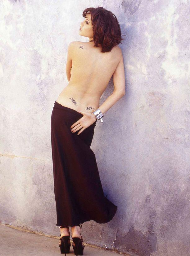 Verhoamaton selkä paljasti kolme pikkutatuointia parikymppisen Angelinan ihossa.