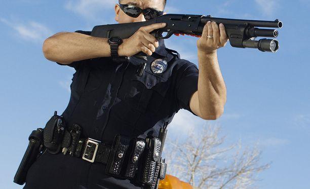 Yhdysvalloissa poliiseja on syytetty herkästä liipasimesta. Entiset sotilaat saattavat pystyä hillitsemään itsensä paremmin.
