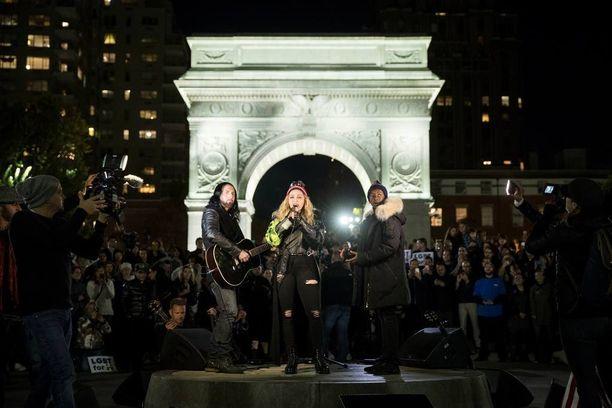 Madonna veti yllätyskeikan akustisesti Washington Square Parkissa, New Yorkissa myöhään maanantaina.