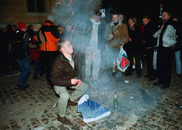 Ihmiset juhlivat uutta vuotta 2000 Helsingissä.