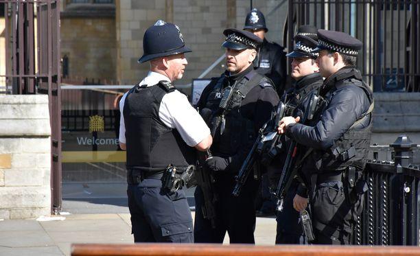 Suurin osa alueella liikkuneista poliiseista oli varustettu kevyesti. Ainoat konekiväärein varustetut poliisit olivat parlamenttitalon sisäänkäynnillä.