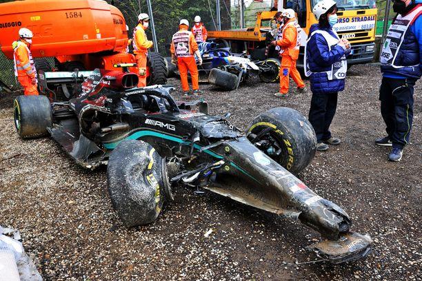 Valtteri Bottaksen romuttunut Mercedes W12.