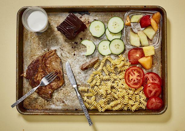 Earl Forrest, 66-vuotias, 11 vuotta kuolemansellissä. Pihvi, pastaa, tomaattia ja kurkkua, hedelmiä. Suklaakakku ja maito.