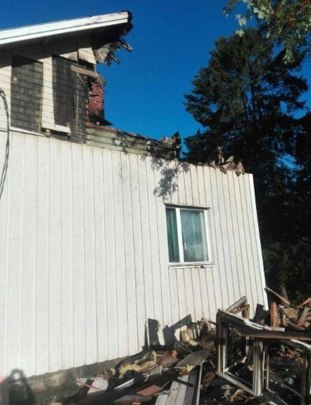 Palo levisi kattorakenteisiin. Perhe oli kauppareissulla, kun tieto tulipalosta tuli.