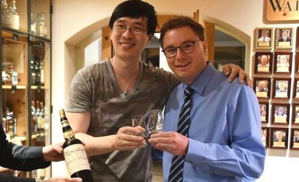 Hotellin johtaja Sandro Bernasconi (oik.) maisteli viskiä yhdessä asiakkaansa kiinalaismiljönääri Zhang Wein kanssa.