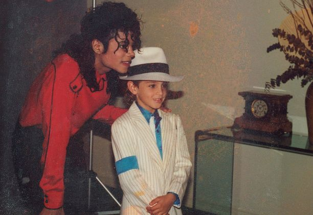 Kuvassa Michael Jackson ja Wade Robson, jonka mukaan hyväksikäyttö alkoi hänen ollessaan 7-vuotias ja jatkui 7 vuoden ajan.