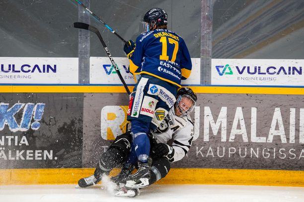 Tyrmääkö Lukko perjantaina alkavissa finaaleissa TPS:n kuten Pavol Skalicky tässä Ville Lajusen?