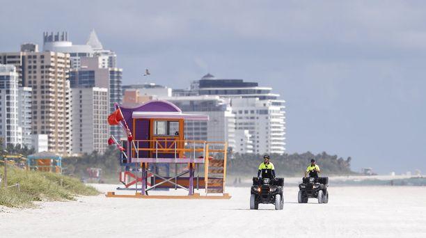 Hengenpelastajat tarkastivat Miami Beachia ennen hurrikaanin tuloa.