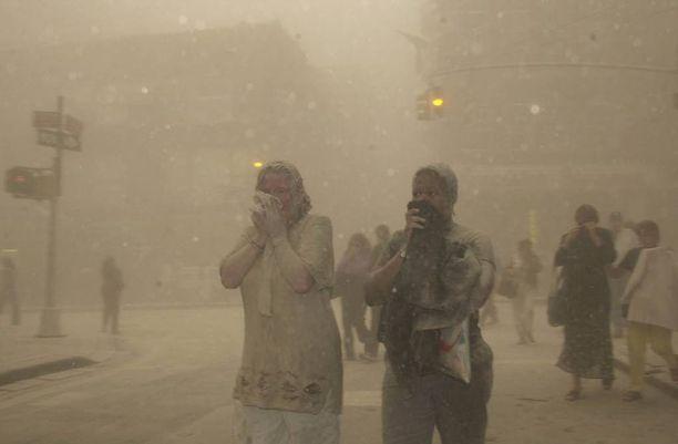 Ihmiset juoksivat pakoon WTC-tornien romahdusta.
