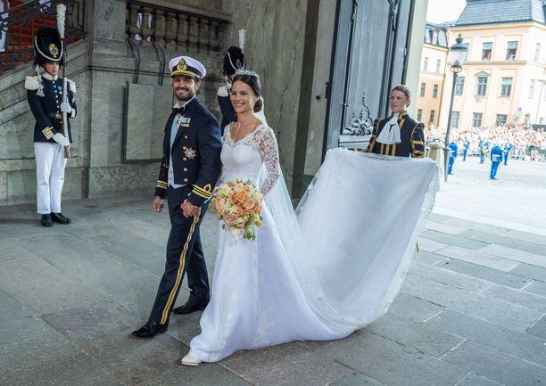 Prinssi Carl Philip sai Sofiansa kesäkuussa 2014. Sofialla oli kimpussaan värikkäitä kukkia.