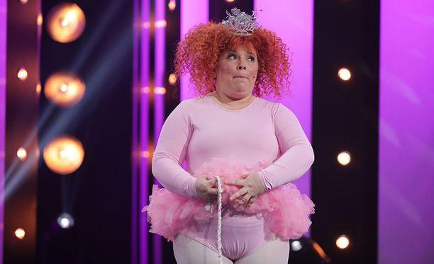 Kiti Kokkonen toi Putoukseen tyttöenergiaa vaaleanpunaisessa balettiasussaan.