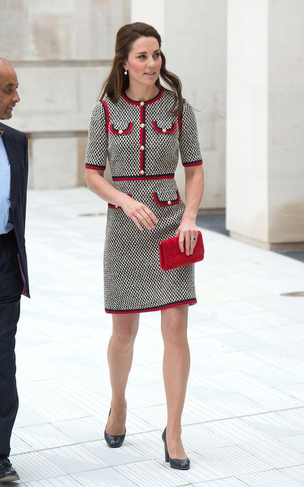 Kate edustaa usein sääret paljastavassa mekossa.
