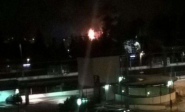 Tulipalo kiinnitti huomiota Helsingin Puistolassa. Liekkien etualalla näkyy Puistolan asema.