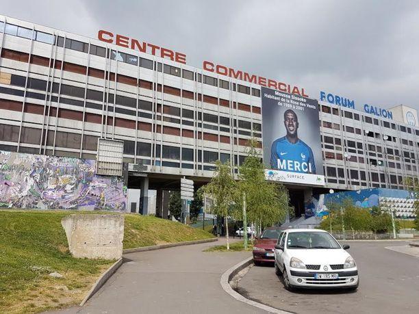 Jalkapalloilija Moussa Sissokon jättijuliste koristaa kerrostalon seinää Rose-des-Ventsin kerrostaloalueelle saavuttaessa.