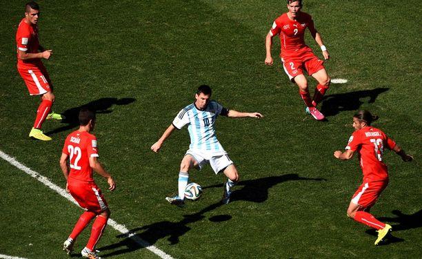 Lionel Messi neljän sveitsiläispelaajan keskellä.