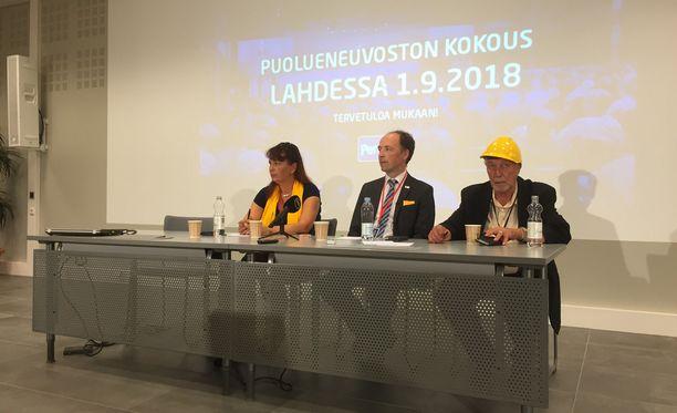 Tiedotustilaisuudessa paikalla olivat puoluesihteeri Riikka Slunga-Poutsalo, puheenjohtaja Jussi Halla-aho ja työmies Matti Putkonen.