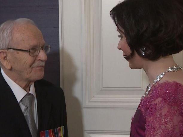 Rouva Jenni Haukio ihastui sotaveteraani Matti Rautiaisen lausumaan runoon.